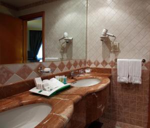 Um banheiro em Holiday Inn Al Khobar, an IHG Hotel