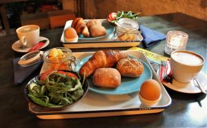 Breakfast options available to guests at Hostel Roots