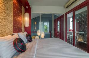 Кровать или кровати в номере Red Ginger Chic Resort