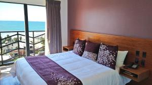 A bed or beds in a room at Hotel Festival Plaza Playas Rosarito