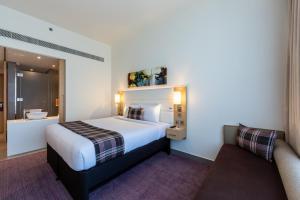 Кровать или кровати в номере Premier Inn Dubai Dragon Mart