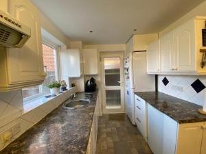 A kitchen or kitchenette at Deluxe double room close to train station