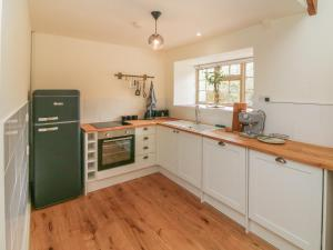 A kitchen or kitchenette at The Old Rectory Cottage