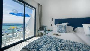 A bed or beds in a room at Apartamentos Igramar MorroJable - Adults Only