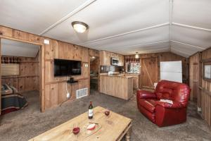 A seating area at Canyon Cabins