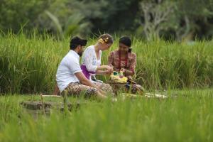 Een gezin dat verblijft bij Plataran Ubud Hotel & Spa