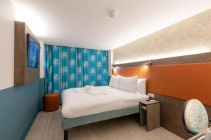A bed or beds in a room at Best Western London Queens Crystal Palace