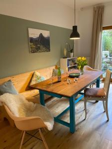 A seating area at Drielandenpunt Vaals Aachen - private terrace & sauna