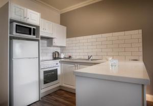 Una cocina o zona de cocina en Majestic Old Lion Apartments