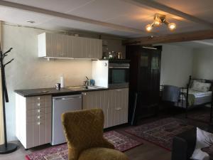Ett kök eller pentry på Björkåsa Gård Bed & Box