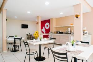 A restaurant or other place to eat at OYO Cerrado Hotel