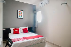 A bed or beds in a room at OYO Cerrado Hotel