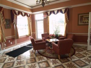 A seating area at Parkway Inn Philadelphia Airport