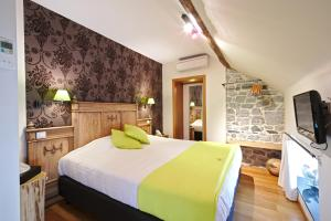 A bed or beds in a room at Hotel Le Saint Hadelin