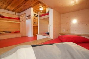 A bed or beds in a room at Hotel Bahnhof