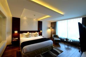 سرير أو أسرّة في غرفة في Howard Johnson By Wyndham, Hebbal, Bengaluru