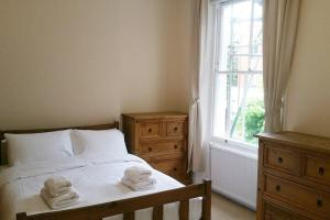 A bed or beds in a room at Beautiful 2 Bedroom Apartment in Holloway, London