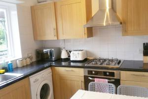 A kitchen or kitchenette at Beautiful 2 Bedroom Apartment in Holloway, London