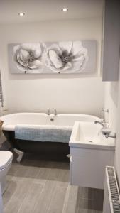 A bathroom at Mallard Cottage Guest House