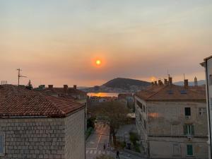 Pohľad na východ alebo západ slnka z apartmánu alebo blízkeho okolia
