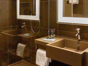 A bathroom at Novotel Saclay
