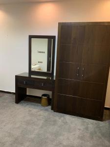 Uma TV ou centro de entretenimento em Rosa Aparthotel