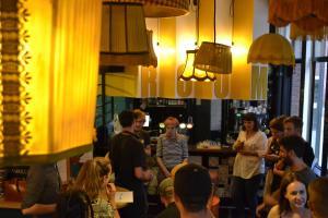 Een restaurant of ander eetgelegenheid bij Hostel ROOM Rotterdam