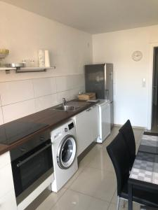 A kitchen or kitchenette at Micha's Ferienwohnung