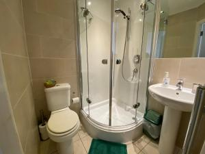A bathroom at The Royal Crown Guest House