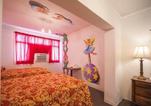 Postel nebo postele na pokoji v ubytování Amargosa Opera House & Hotel
