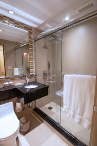 Salle de bains dans l'établissement Travel Inn - Midtown Manhattan