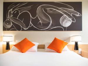 A bed or beds in a room at Hotel ibis Narbonne
