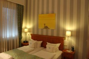 A bed or beds in a room at Hotel Savoy Hannover