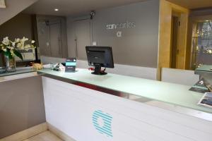 El vestíbulo o zona de recepción de Hotel Alda San Carlos