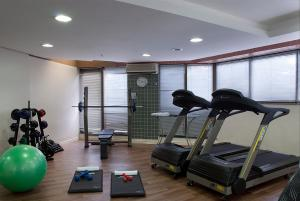 The fitness centre and/or fitness facilities at Master Porto Alegre Hotel