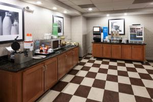 A restaurant or other place to eat at Hampton Inn & Suites Cedar Rapids