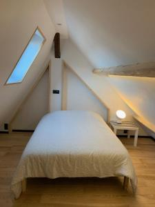 A bed or beds in a room at Froissart Loft