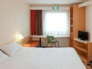 A bed or beds in a room at ibis München City Nord