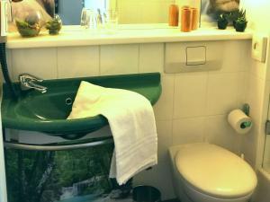 A bathroom at ibis München City Nord