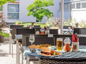 A restaurant or other place to eat at ibis München City Nord