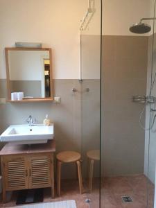 Ein Badezimmer in der Unterkunft Heidelandhaus