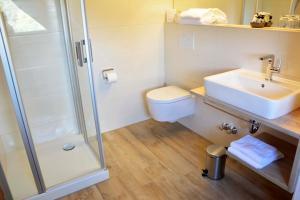 Ein Badezimmer in der Unterkunft Hotel zur Post