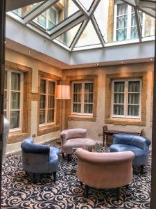 Ein Sitzbereich in der Unterkunft Hotel Le Place d'Armes