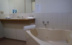 A bathroom at Magdala Motor Lodge & Lakeside Restaurant