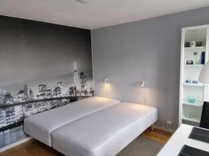 En eller flere senge i et værelse på Vestbjerg Apartments