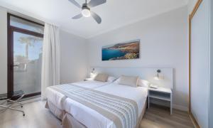 Een bed of bedden in een kamer bij Los Zocos Impressive Lanzarote