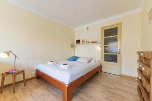 A bed or beds in a room at Studio w balcony close to Marseille Old Port 50m from the beach - Welkeys