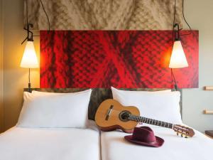 Een bed of bedden in een kamer bij ibis Dijon Gare