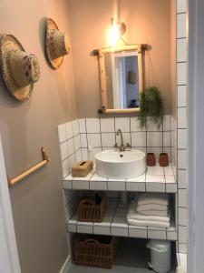 A bathroom at Le Saint Victor
