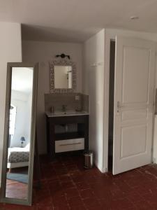 """Ein Badezimmer in der Unterkunft Le """"M"""" Maison d hôtes"""